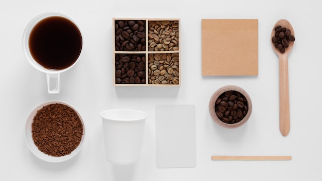 Bovenaanzicht koffie branding arrangement op witte achtergrond