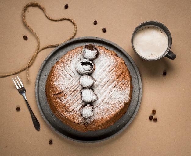 Bovenaanzicht koffie cake arrangement
