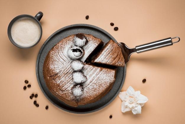 Bovenaanzicht koffie cake assortiment