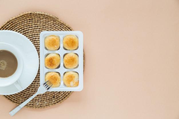 Bovenaanzicht koffie en dessert