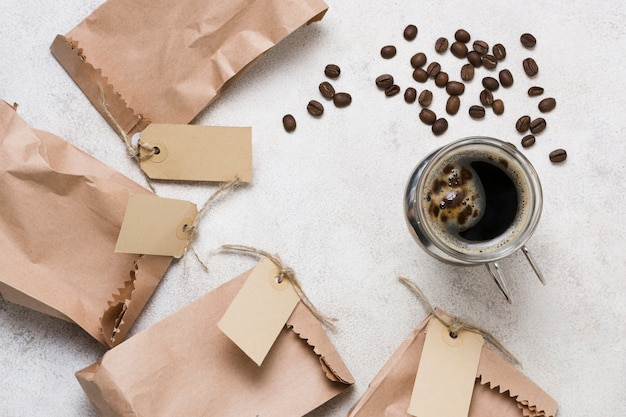 Bovenaanzicht koffie en papieren zakken met labels