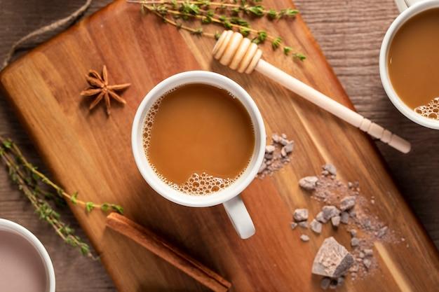 Bovenaanzicht koffie kopjes op een houten bord