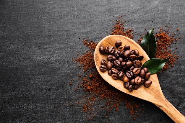 Bovenaanzicht koffie lepel op tafel