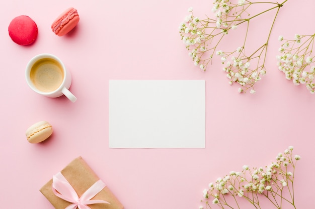 Bovenaanzicht koffie met bloemen en leeg witboek