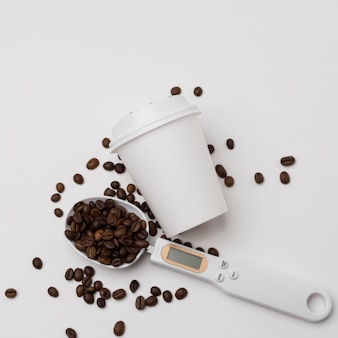 Bovenaanzicht koffiebonen en beker arrangement