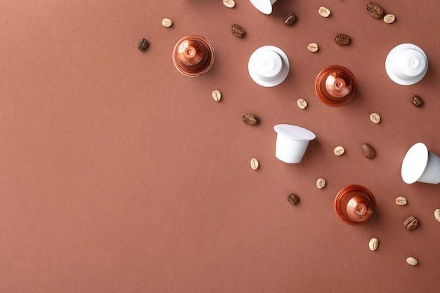 Bovenaanzicht koffiebonen en koffiecapsules