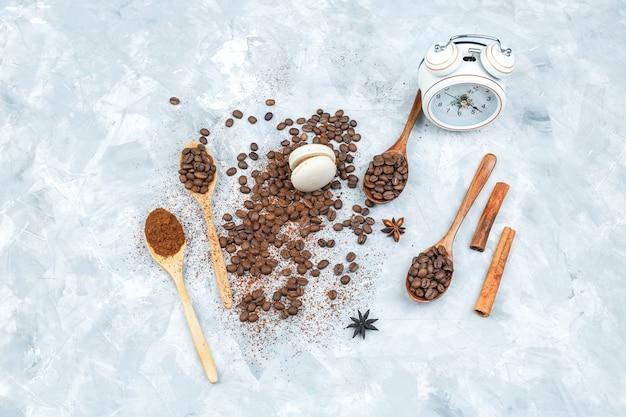 Bovenaanzicht koffiebonen en kruiden op grunge achtergrond