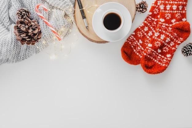 Bovenaanzicht koffiekopje en sokken met kopie-ruimte
