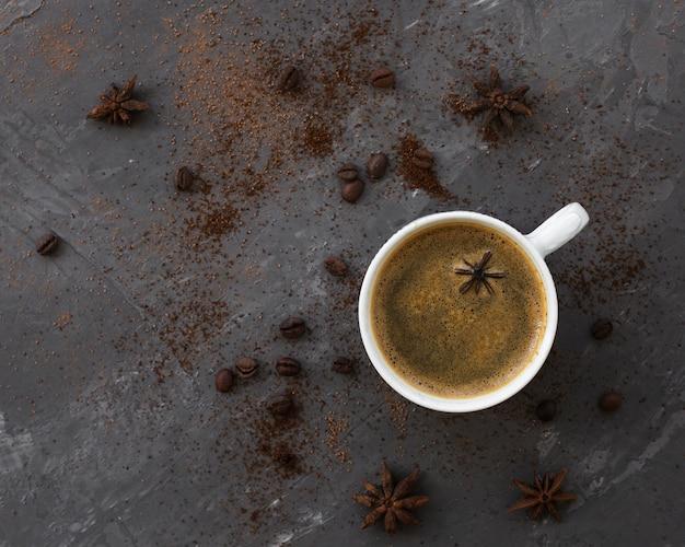 Bovenaanzicht koffiekopje met anijs op een tafel