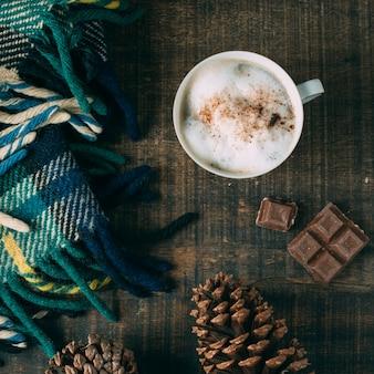 Bovenaanzicht koffiekopje met chocolade