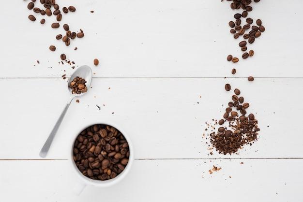 Bovenaanzicht koffiekopje met granen