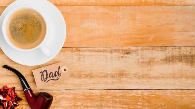 Bovenaanzicht koffiekopje met rookpijp