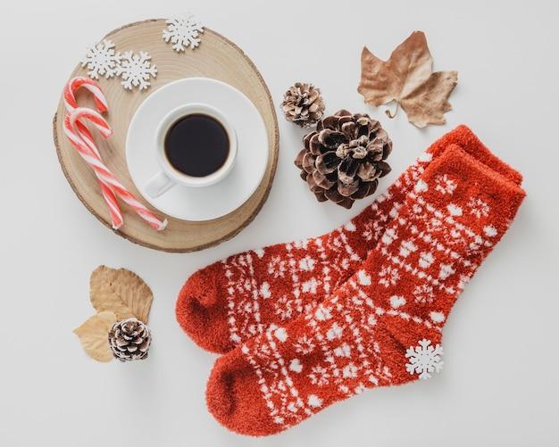Bovenaanzicht koffiekopje met wollen sokken