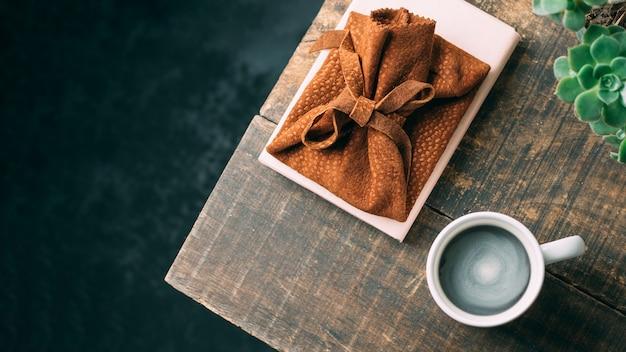 Bovenaanzicht koffiekopje op houten tafel
