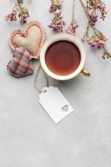 Bovenaanzicht koffiemok en klein geschenk