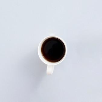 Bovenaanzicht koffiemok met grijze achtergrond