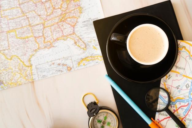 Bovenaanzicht koffiemok met kaarten