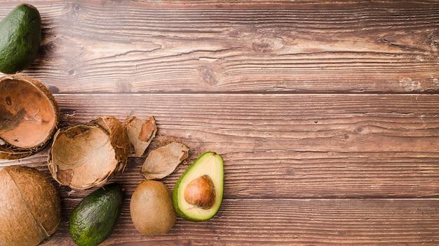 Bovenaanzicht kokos en avocado met kopie ruimte