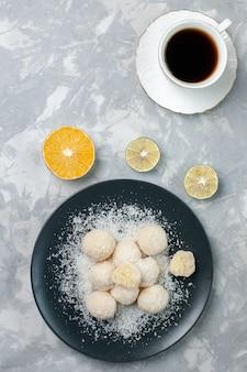 Bovenaanzicht kokosnoot snoepjes in plaat
