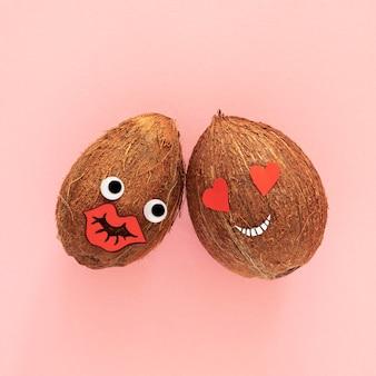 Bovenaanzicht kokosnoten op roze achtergrond
