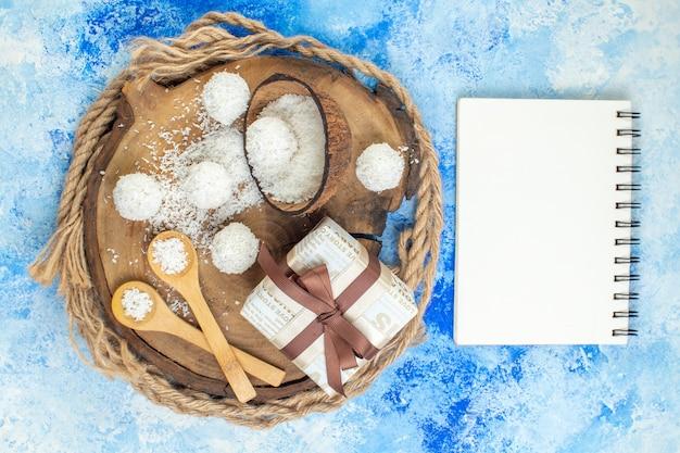 Bovenaanzicht kokospoeder kom kokosballen houten lepels