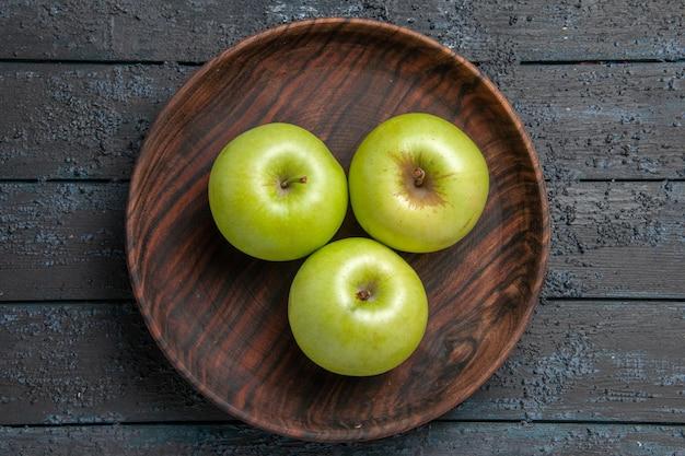Bovenaanzicht kom appels houten kom smakelijke groene appels op donkere ondergrond