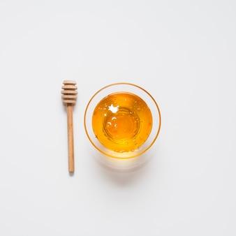 Bovenaanzicht kom gevuld met biologische honing