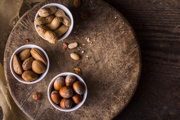 Bovenaanzicht kom gevuld met smakelijke noten