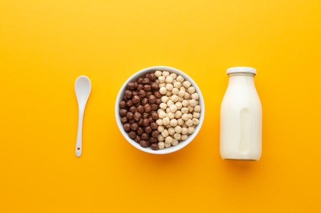 Bovenaanzicht kom gevuld met smakelijke ontbijtgranen