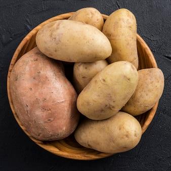 Bovenaanzicht kom met aardappelen