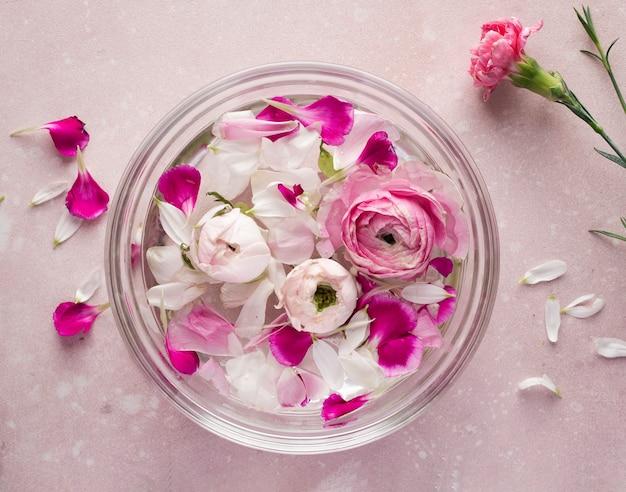 Bovenaanzicht kom met bloemen bloemblaadjes