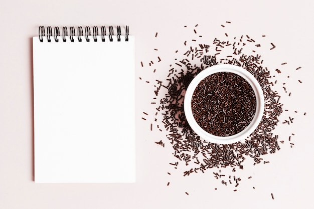 Bovenaanzicht kom met chocolade jimmies