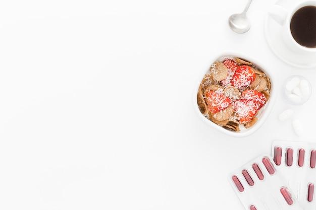 Bovenaanzicht kom met fruit voor ontbijt en bureau tools