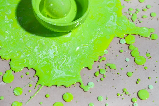 Bovenaanzicht kom met groene verf