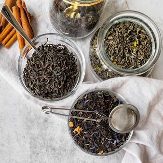Bovenaanzicht kom met kruiden voor thee