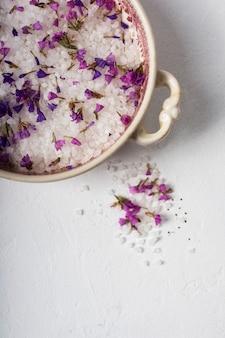 Bovenaanzicht kom met lavendel en mineraal zout