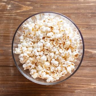 Bovenaanzicht kom met popcorn