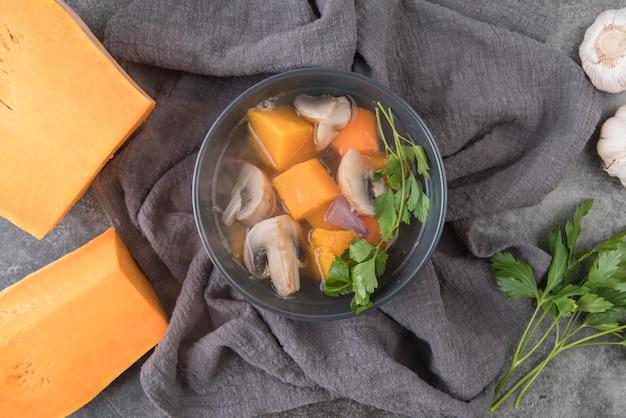 Bovenaanzicht kom met soep ingrediënten en bouillon