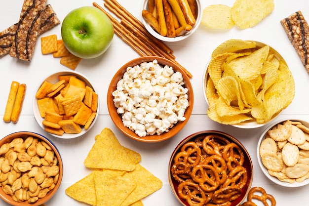 Bovenaanzicht kom met zoute snacks