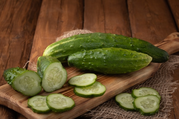 Bovenaanzicht komkommer op een houten bord
