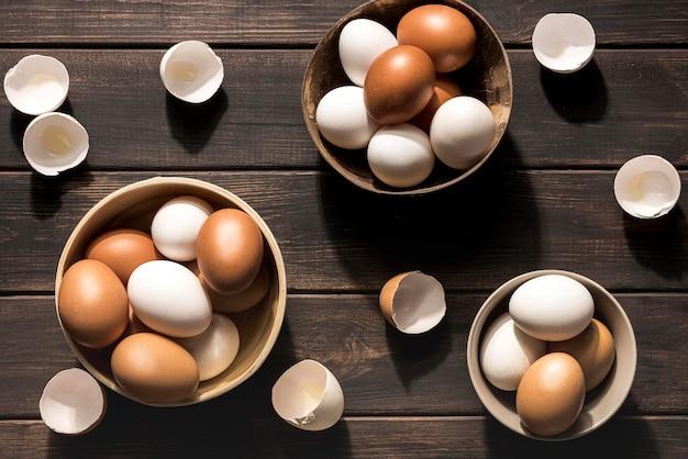 Bovenaanzicht kommen met kippeneieren
