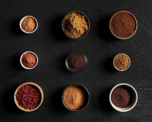 Bovenaanzicht kommen met specerijen