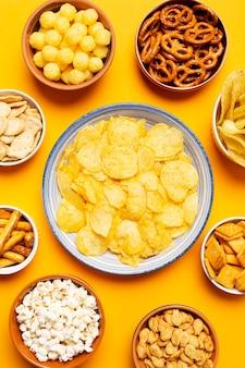 Bovenaanzicht kommen met zoute snacks