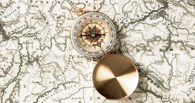 Bovenaanzicht kompas bovenop de wereldkaart