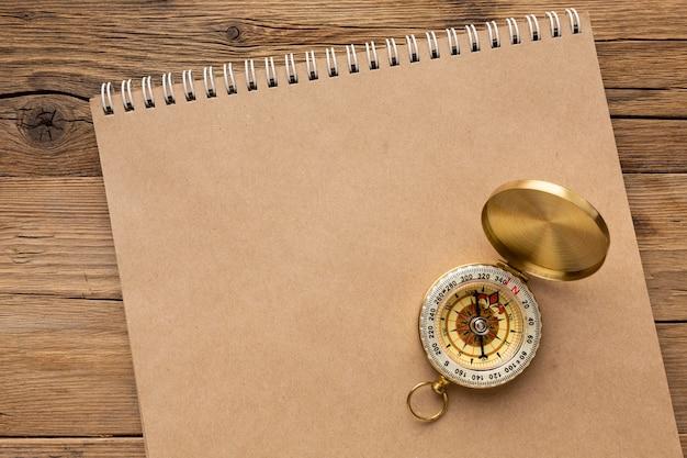 Bovenaanzicht kompas op notebook