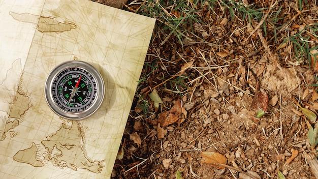 Bovenaanzicht kompas op reiziger kaart