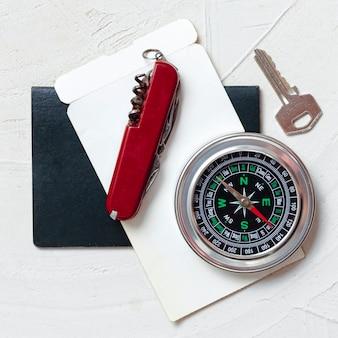 Bovenaanzicht kompas, sleutel en mes
