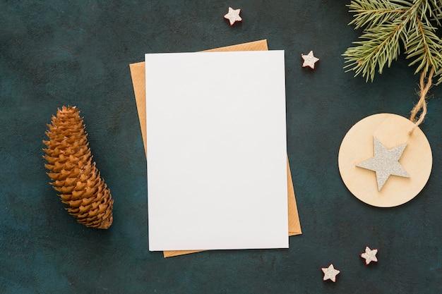 Bovenaanzicht kopie ruimte briefpapier en coniferenkegel