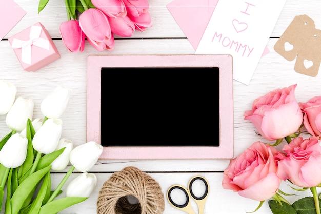 Bovenaanzicht kopie ruimte frame en roze rozen