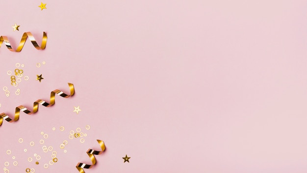 Bovenaanzicht kopie ruimte frame met gouden linten en glitter